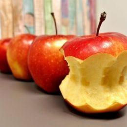 Надгрызаное яблоко